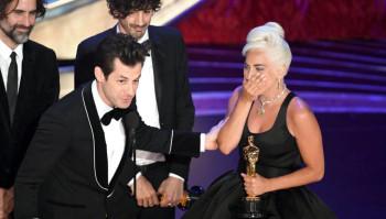"""Lady Gaga recogiendo su primer Oscar por """"Mejor canción original"""""""